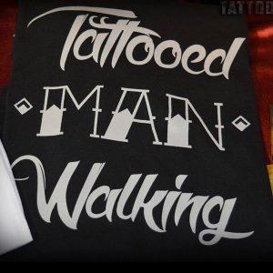majica-muska-crna-tattooed-man-walking